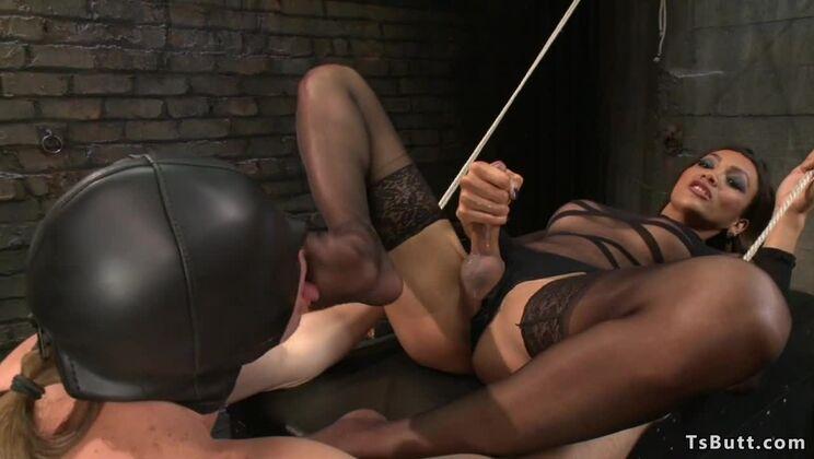 Tempting tranny Yasmin Lee enjoy ass drilling