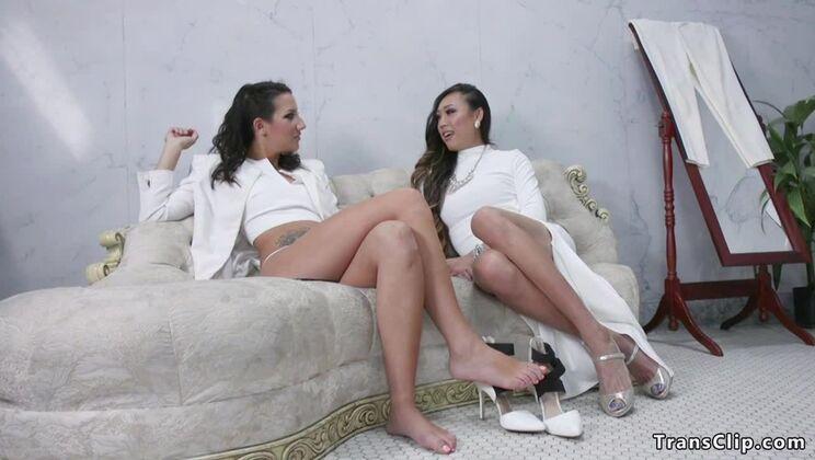 Sexy t-girl Venus Lux